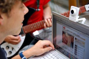 Jugendliche vor Laptop