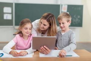 Lehrerin arbeitet im Unterricht mit Tablet-PC