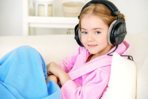 Mädchen hört Radio DAB+