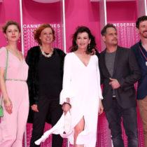 """Oliver Berben mit Mutter und Hauptdarstellerin Iris Berben in """"Die Protokollantin"""" auf dem rosa Teppich in Cannes / Foto: ZDF/MOOVIE GmbH/Alexander Fischerkoesen"""